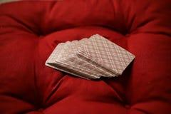 在一块木镶花地板上的枕头 免版税库存图片