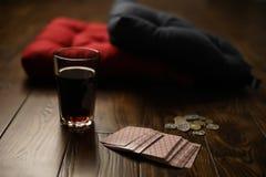在一块木镶花地板上的枕头 免版税库存照片
