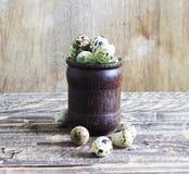 在一块木玻璃的鹌鹑蛋在木背景,农村样式 免版税库存图片