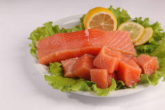在一块板材的三文鱼用沙拉和柠檬 免版税库存照片