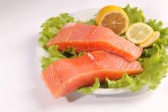在一块板材的三文鱼用沙拉和柠檬 免版税库存图片