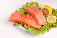 在一块板材的三文鱼用沙拉和柠檬 库存图片