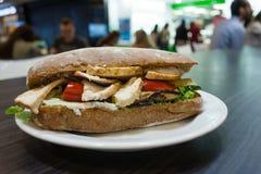 在一块板材的三明治在咖啡馆 免版税图库摄影