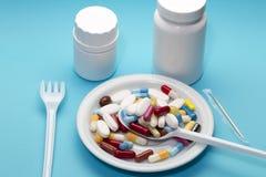 在一块板材的不同的药片有两瓶的 免版税库存照片