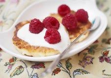 在一块板材的乳酪蛋糕用野生莓果 免版税库存照片