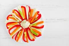在一块板材的五颜六色的菜棍子有垂度的调味 免版税库存照片
