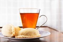 在一块板材的传统阿塞拜疆甜酥皮点心shekerbura与 免版税库存照片