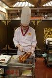 在一块板材的切口鸭子在原始的全聚德餐馆在北京 免版税库存照片