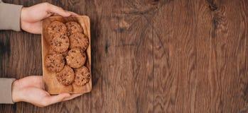 在一块板材的可口巧克力曲奇饼在黑暗的老木t 免版税图库摄影