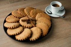 在一块板材的可口开胃麦甜饼在一木tabl 免版税库存照片