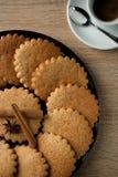 在一块板材的可口开胃麦甜饼在一木tabl 库存图片