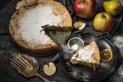 在一块板材的可口苹果饼在一张桌上用果子 免版税库存照片