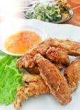 在一块板材的可口鲜美泰国金黄炸鸡翼有调味汁食物背景关闭的 免版税库存图片