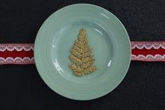 在一块板材的圣诞节装饰品有丝带的 库存照片