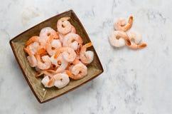 在一块板材的大虾在一张大理石桌上 免版税库存图片