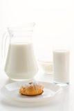 在一块板材的小饼蛋糕,用在玻璃和水罐的牛奶,村庄ch 免版税库存照片