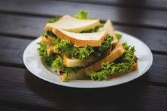在一块板材的开胃三明治在桌上 库存图片