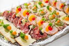 在一块板材的开胃菜在自助餐 库存照片