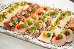 在一块板材的开胃菜在自助餐 库存图片
