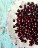 在一块板材的新鲜的成熟樱桃在木背景 免版税库存图片