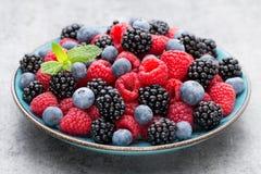 在一块板材的新鲜的莓在葡萄酒背景 免版税库存图片
