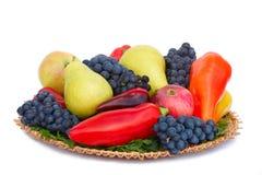 在一块板材的果子、胡椒和荷兰芹叶子在一白色backgro 免版税库存图片