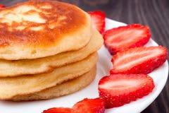 在一块板材的油炸馅饼有草莓木背景 库存图片