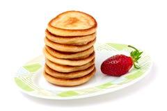 在一块板材的油炸馅饼用草莓隔绝了白色背景 免版税库存照片