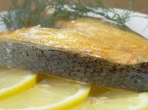 在一块板材的油煎的三文鱼用柠檬 免版税图库摄影