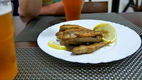 在一块板材的油煎的surmullet鱼用柠檬 可口正餐 库存照片