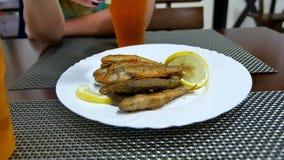 在一块板材的油煎的surmullet鱼用柠檬 可口正餐 图库摄影