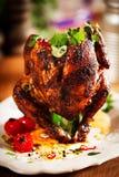 在一块板材的烤鸡用草本和香料 免版税库存图片