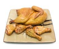在一块板材的熏制的鸡在白色背景 免版税库存照片