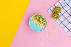 在一块板材的猕猴桃在色的背景 在色的背景的新鲜水果 顶视图 免版税库存照片