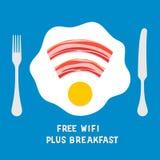 在一块板材的自由wifi区域标志用煎蛋 库存照片