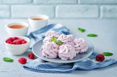 在一块板材的莓和风用新鲜的莓和薄菏 免版税库存照片