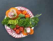 在一块板材的菜沙拉在灰色背景 免版税库存图片