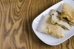 在一块板材的被折叠的薄煎饼在一木背景马来西亚人纤巧 库存图片