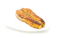 在一块板材的被烘烤的三文鱼在白色背景 免版税库存照片