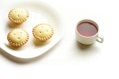 在一块板材的酥皮糕点果子馅饼有茶的 库存照片