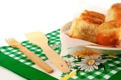 在一块板材的饼有在白色背景的一块毛巾的 免版税图库摄影