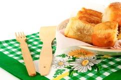 在一块板材的饼有在白色背景的一块毛巾的 免版税库存图片