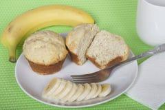 在一块板材的香蕉面包松饼有叉子和被切的香蕉wi的 图库摄影