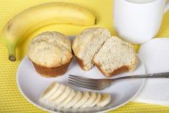 在一块板材的香蕉面包松饼有叉子和被切的香蕉wi的 库存照片