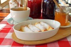 在一块板材的滚动的薄煎饼用蜂蜜 库存图片