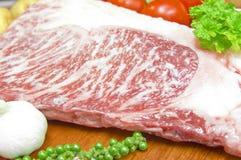 在一块板材的Kamui Wagyu牛肉小条劳埃德大理石高红肉有新鲜蔬菜的 免版税库存图片