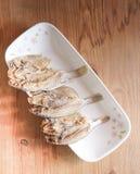 在一块板材的Marinated咸鱼在木背景 库存图片