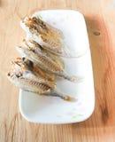 在一块板材的Marinated咸鱼在木背景 库存照片