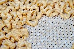 在一块柳条布料的未加工的整粒浆糊在桌上 顶视图 免版税图库摄影