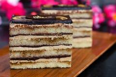 在一块棕色板材的巧克力蛋糕 免版税库存图片